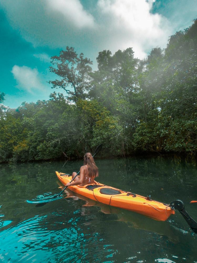 Nous avons pris des kayaks pour aller jusqu'au trou bleu