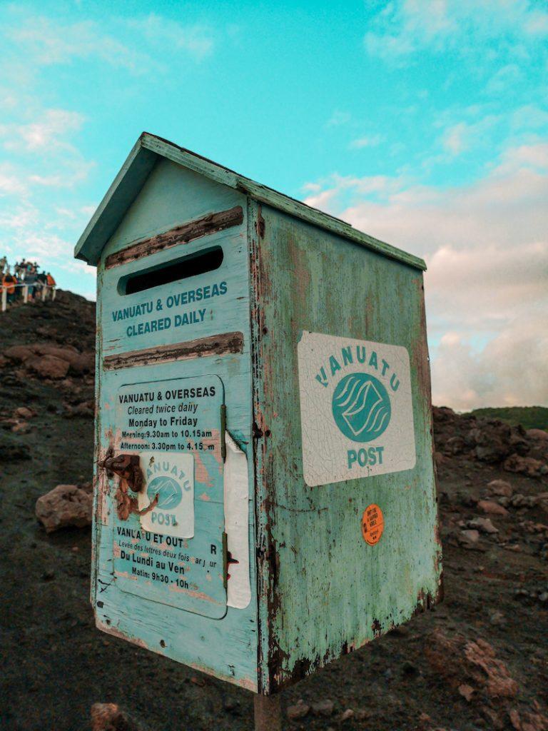 Boîte postale au pied du volcan Yasur au Vanuatu